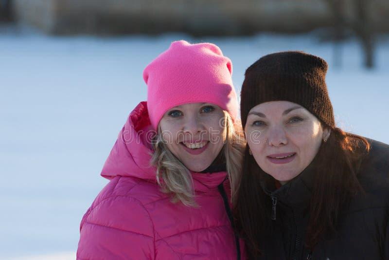 Друзья имея selfie на снеге стоковое фото rf