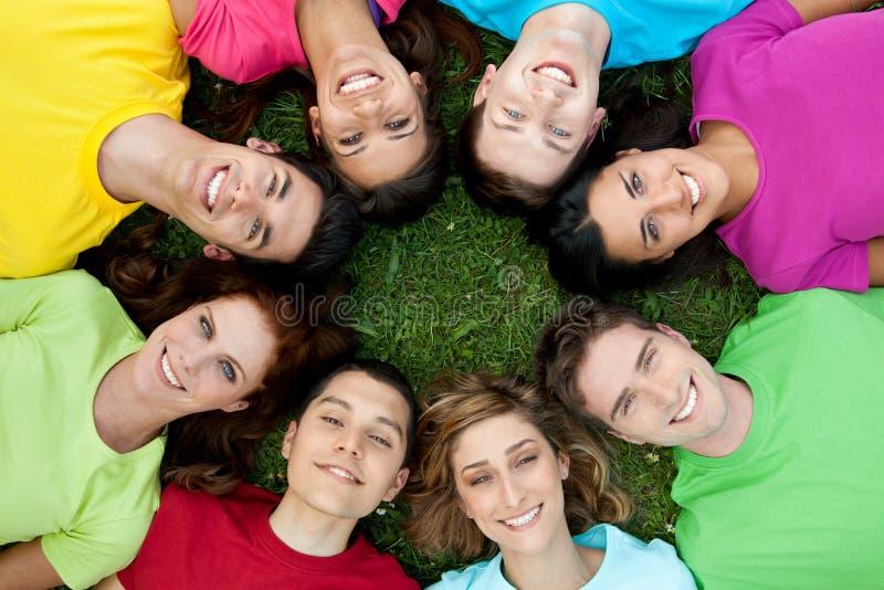 друзья круга счастливые стоковые фотографии rf