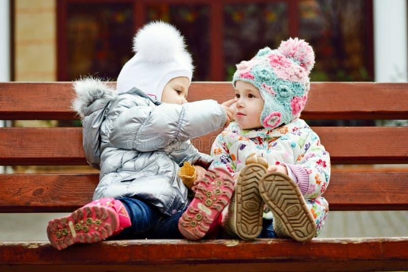 Друзья младенца на стенде стоковые изображения rf