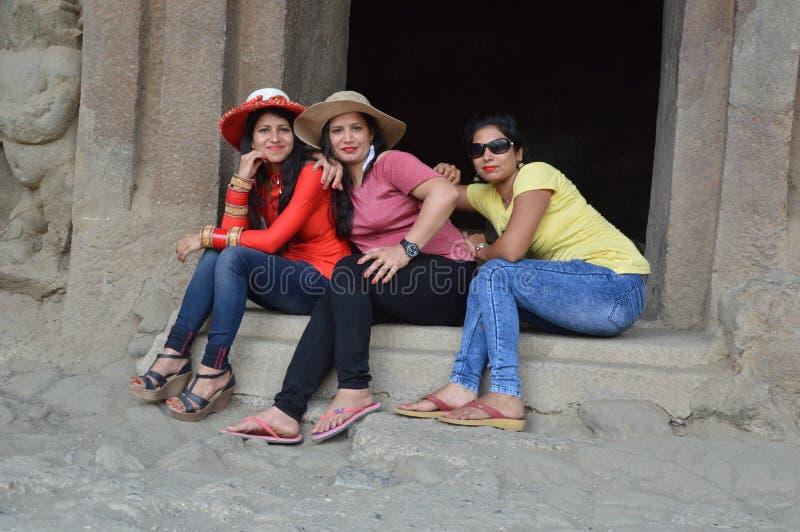 Друзья наслаждаясь праздником общительного в городе Мумбай в махарастре Индии стоковая фотография rf