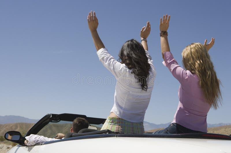 Друзья наслаждаясь их путешествием в автомобиле стоковые фотографии rf