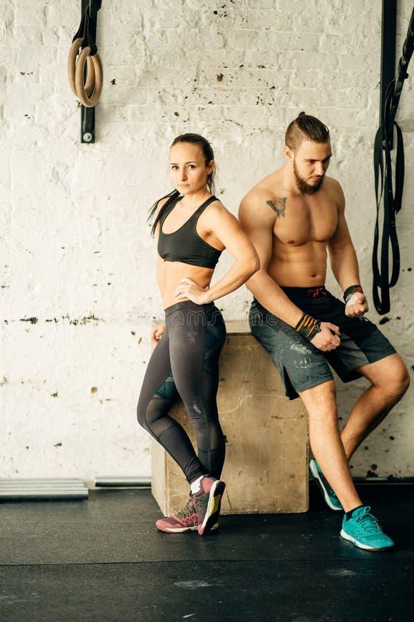 Друзья ослабляя и принимая пролом после разработки на спортзале взаимн тренировки стоковое изображение rf