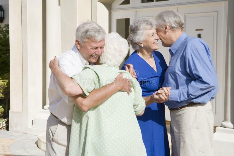 друзья пар встречая старший стоковое фото rf
