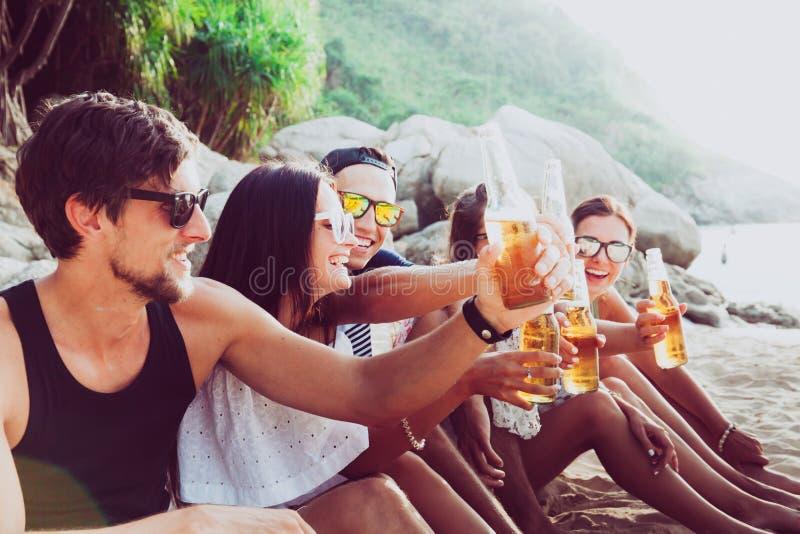 друзья пива выпивая стоковое фото rf