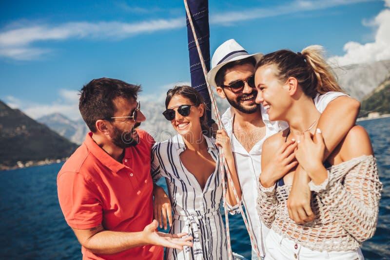 Друзья плавая на яхте Каникулы, перемещение, море, приятельство и концепция людей стоковое изображение rf