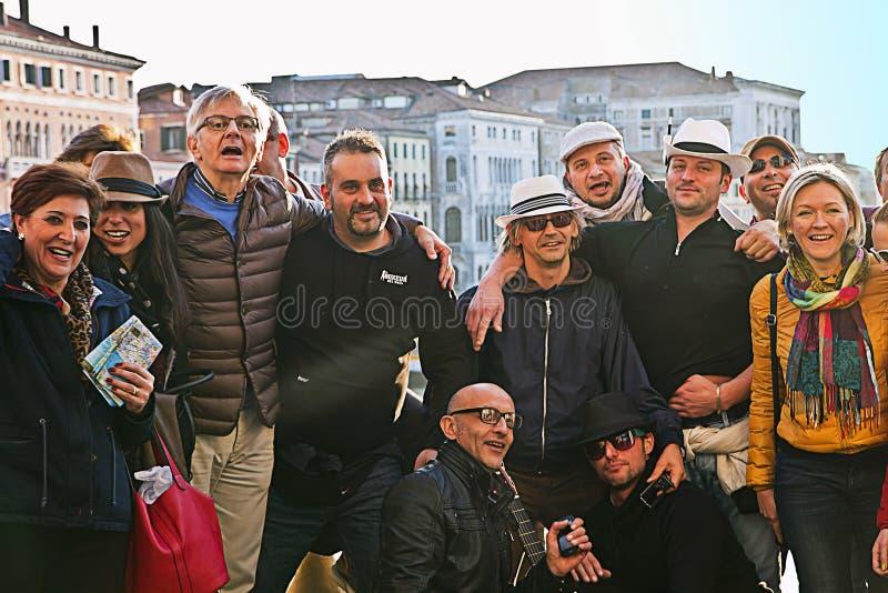 Друзья посещая Венецию стоковое изображение