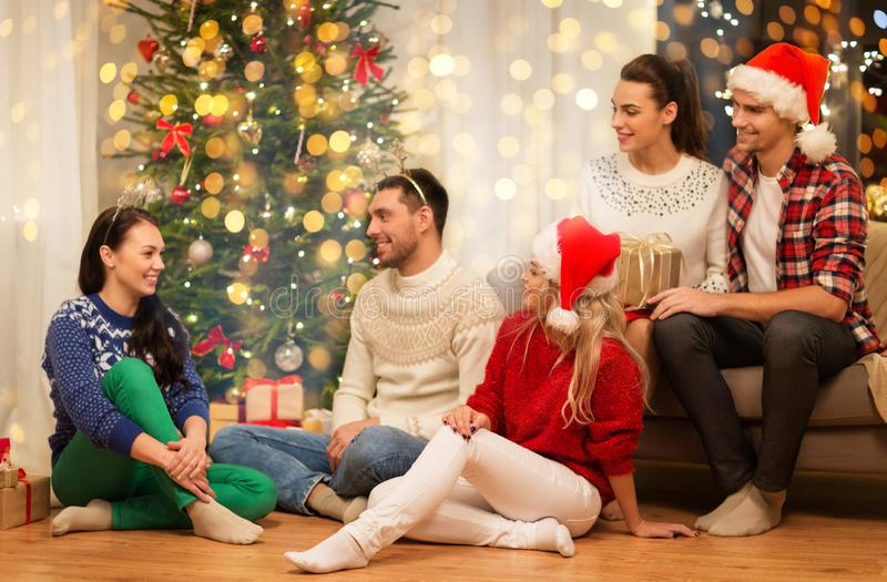 Друзья празднуют Рождество дома стоковое фото rf