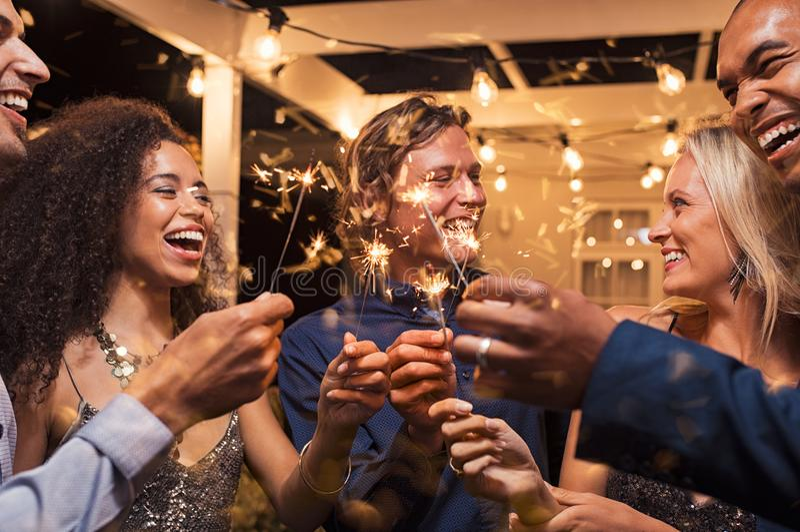 Друзья празднуя ` s Eve Нового Года стоковое изображение rf