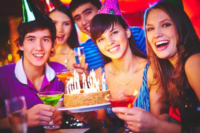Друзья празднуя день рождения стоковая фотография