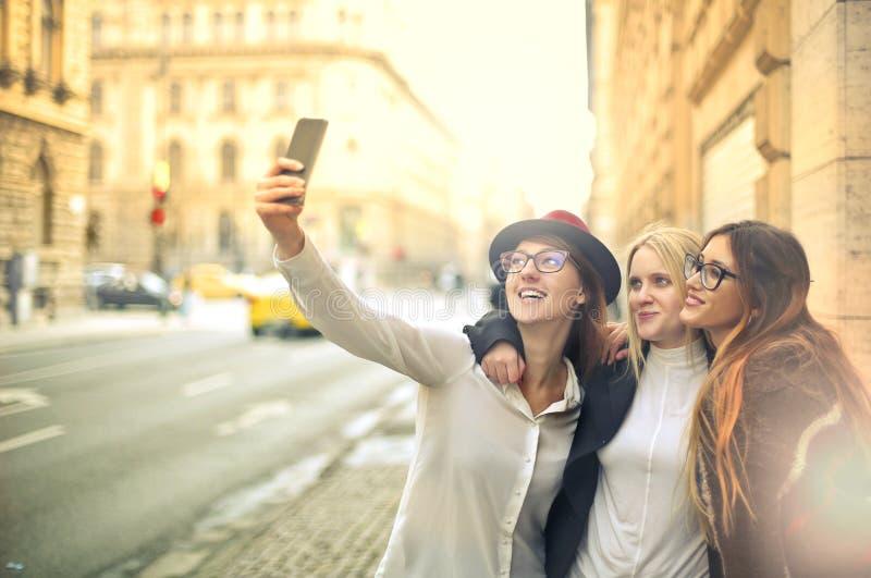 Друзья принимая selfie стоковое фото rf