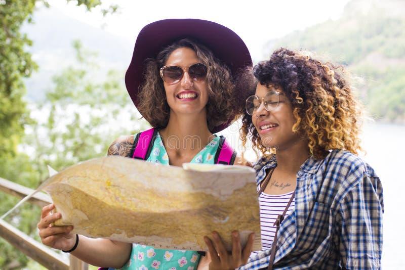 Друзья путешествия и перемещения с праздником составляют карту стоковое изображение rf