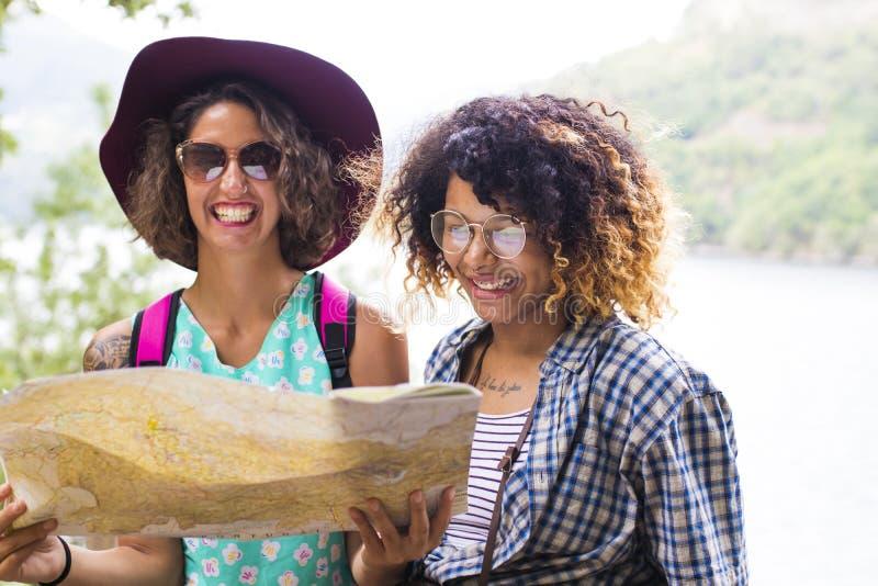 Друзья путешествия и перемещения с праздником составляют карту стоковая фотография rf