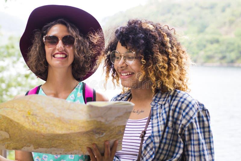 Друзья путешествия и перемещения с праздником составляют карту стоковые фото