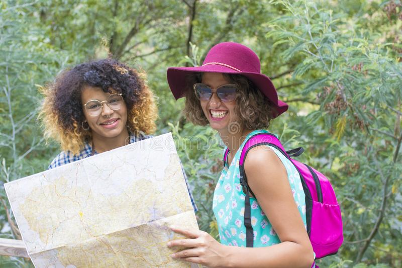 Друзья путешествия и перемещения с праздником составляют карту стоковое фото