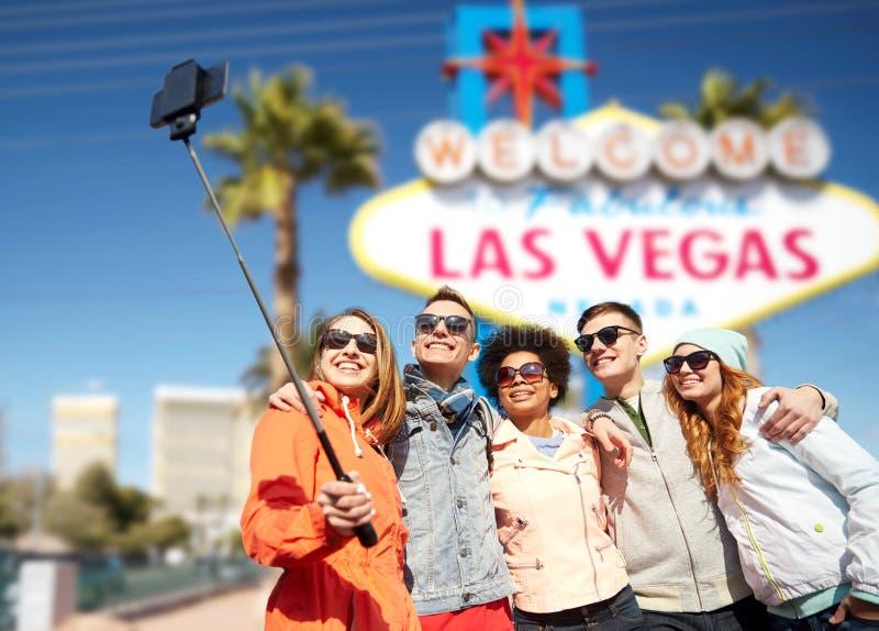 Друзья путешествуя к Лас-Вегас и принимая selfie стоковые изображения