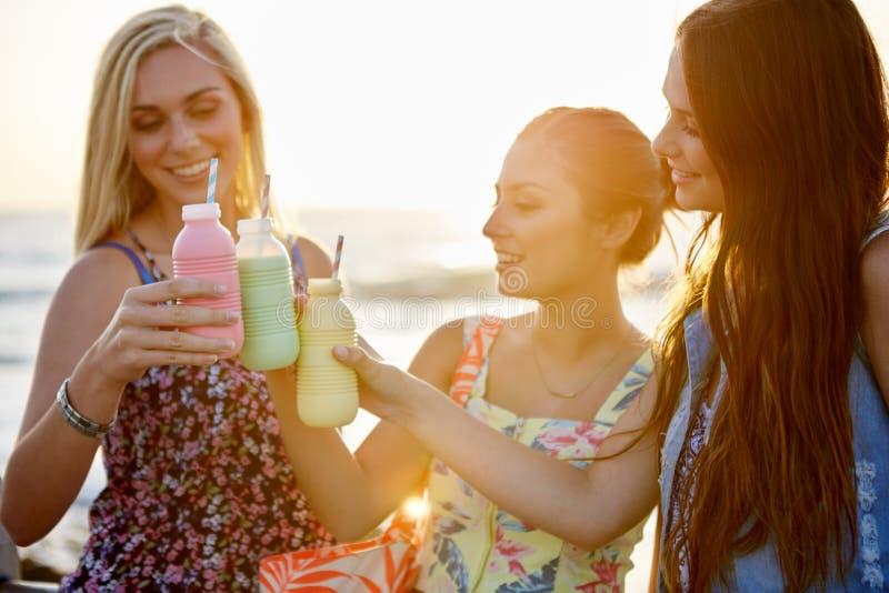 Друзья пляжа Milkshake стоковые фотографии rf