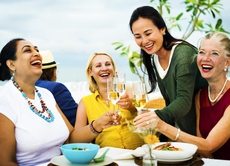 Друзья разнообразия вися вне партию обедая концепция стоковое фото