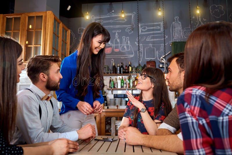 Друзья совместно тратят время потехи, усмехаются и смеются над стоковая фотография