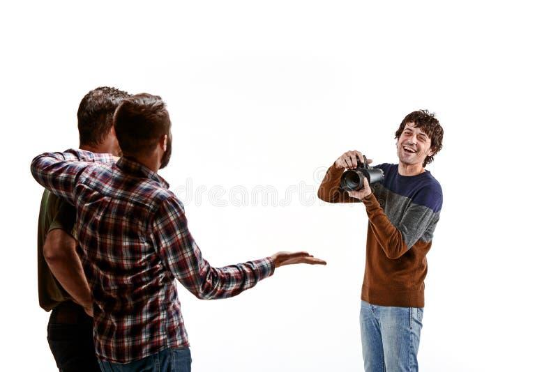 Download Друзья с камерой на белизне Стоковое Изображение - изображение насчитывающей встреча, люди: 81813853