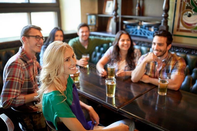 Друзья с футболом пива наблюдая на баре или пабе стоковое изображение rf