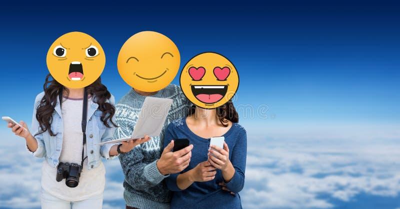 Друзья с emojis над сторонами используя технологии в небе иллюстрация вектора