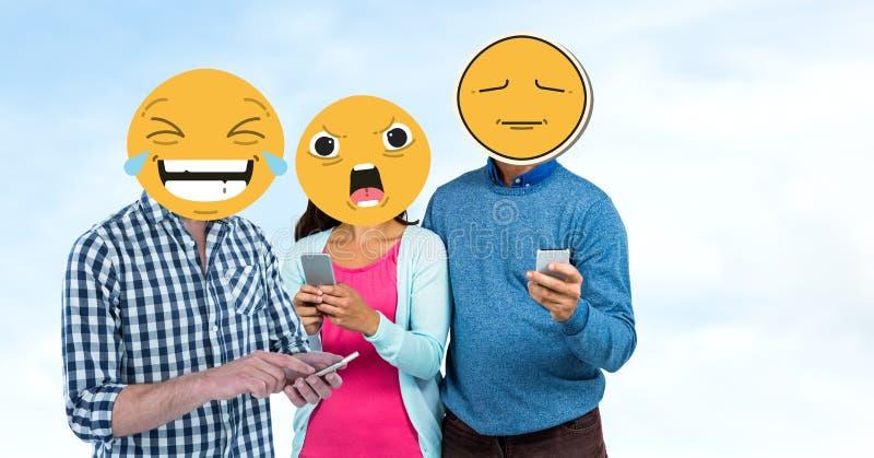Друзья с emojis над сторонами используя умные телефоны иллюстрация вектора