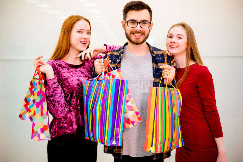 Друзья ходя по магазинам в моле стоковые фотографии rf