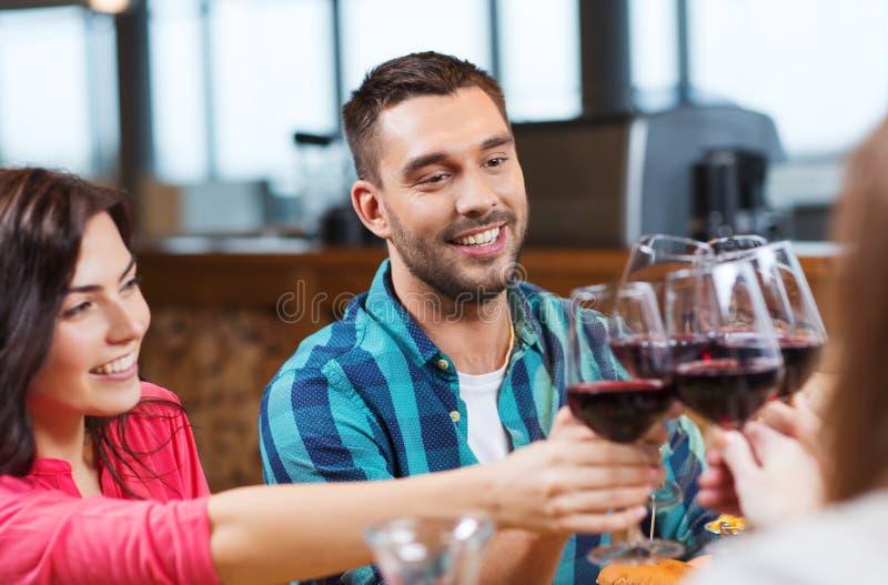 Друзья clinking стекла вина на ресторане стоковые фотографии rf