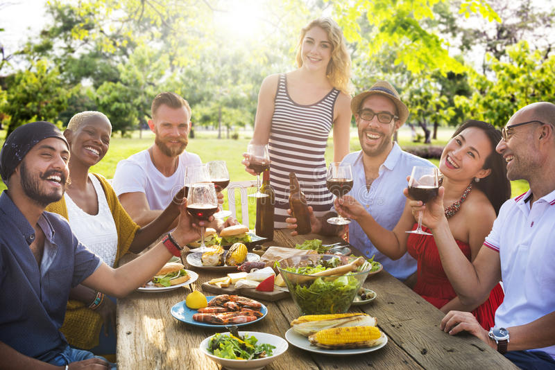 Друзья Outdoors Party торжество вися вне концепцию стоковое фото rf