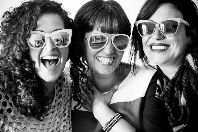 3 друз женщин наслаждаются и празднуются совместно стоковое фото rf