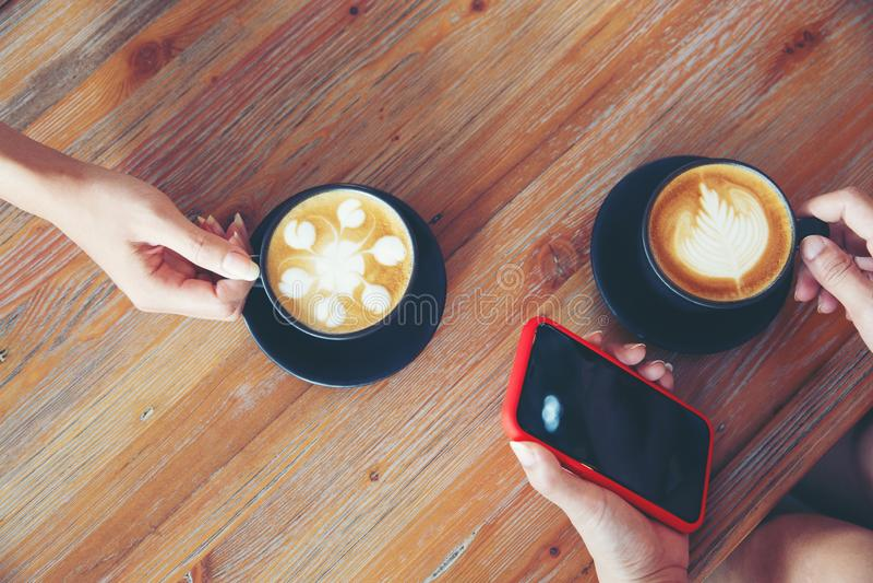 2 друз маленькой девочки со смартфоном стоковые изображения rf