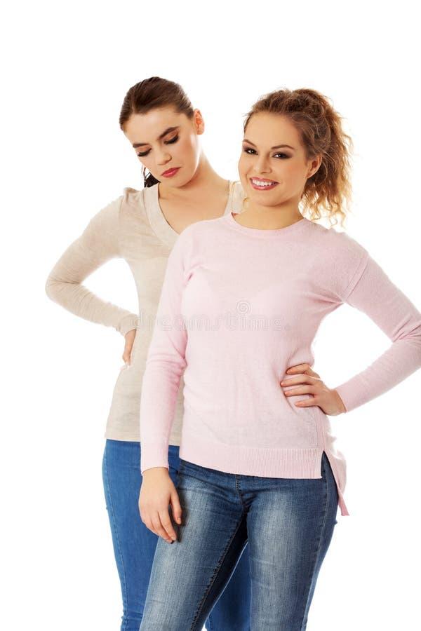 2 друз маленькой девочки стоя совместно стоковые изображения rf