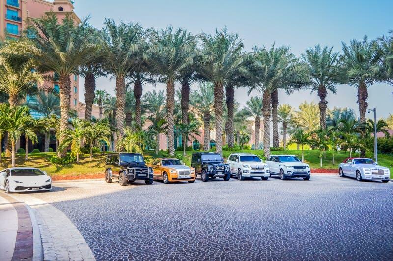 Дубай Лето 2016 Автомобили автостоянки роскошные перед гостиницой Атлантидой ладонь стоковое фото