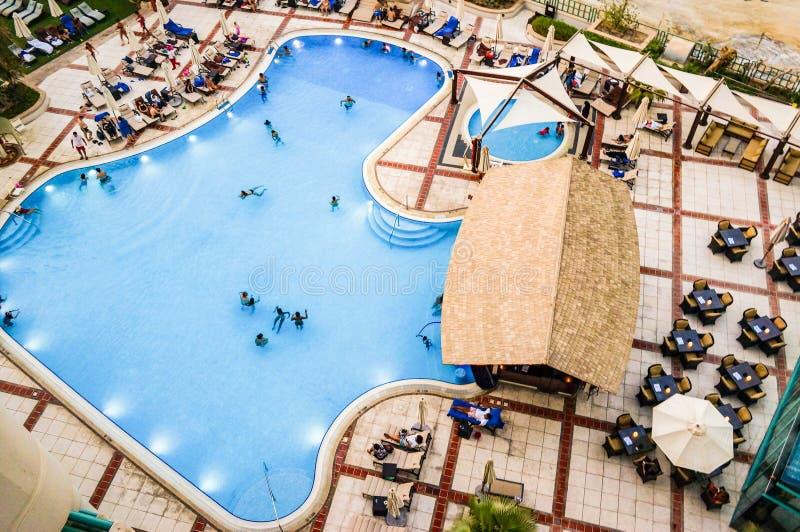 Дубай Лето 2016 Сложите людей вместе взгляд от вершины гостиницы Hilton Дубай прогулка стоковые фото
