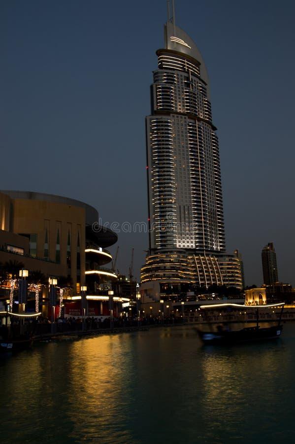 ДУБАЙ, ОАЭ - АПРЕЛЬ: Центр города взгляда ночи города Дубай, на Apri стоковые фото