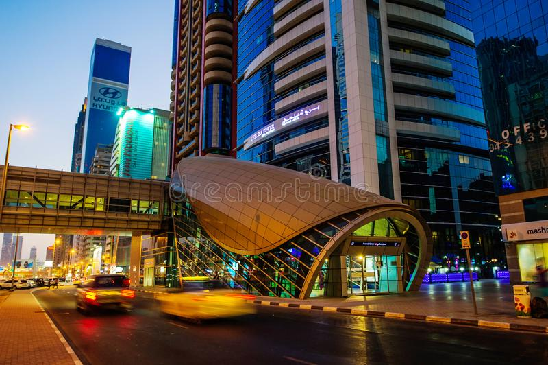 ДУБАЙ, ОАЭ - 16-ОЕ АВГУСТА: Взгляд небоскребов шейха Zayed Дороги в Дубай, ОАЭ 16-ого августа 2016 Больше чем 25 небоскребов могу стоковые фотографии rf