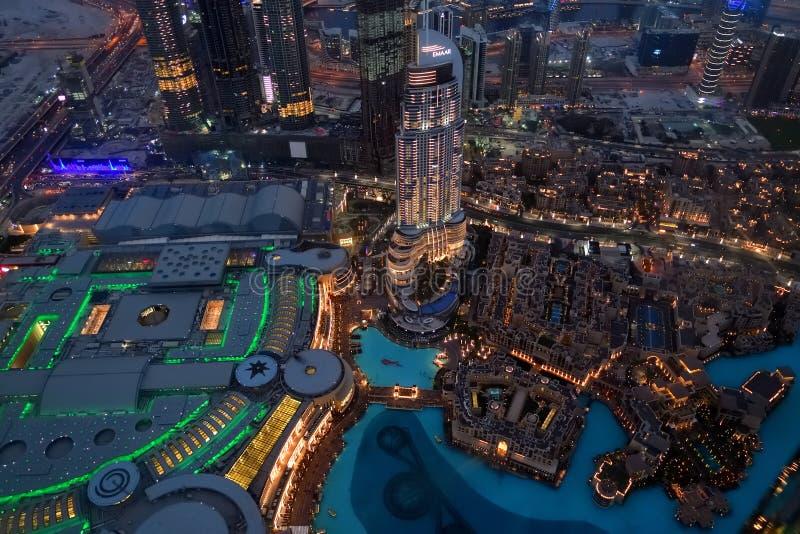 Дубай, ОАЭ - 8-ое апреля 2018 Взгляд от Burj Khalifa к городу на ноче стоковые фотографии rf