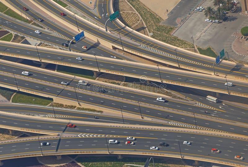 ДУБАЙ, ОАЭ - 20-ОЕ МАЯ 2016: вид с воздуха на дорогах стоковые фото