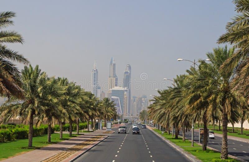 ДУБАЙ, ОАЭ - 14-ОЕ МАЯ 2016: дорога в районе Jumeirah стоковые изображения rf