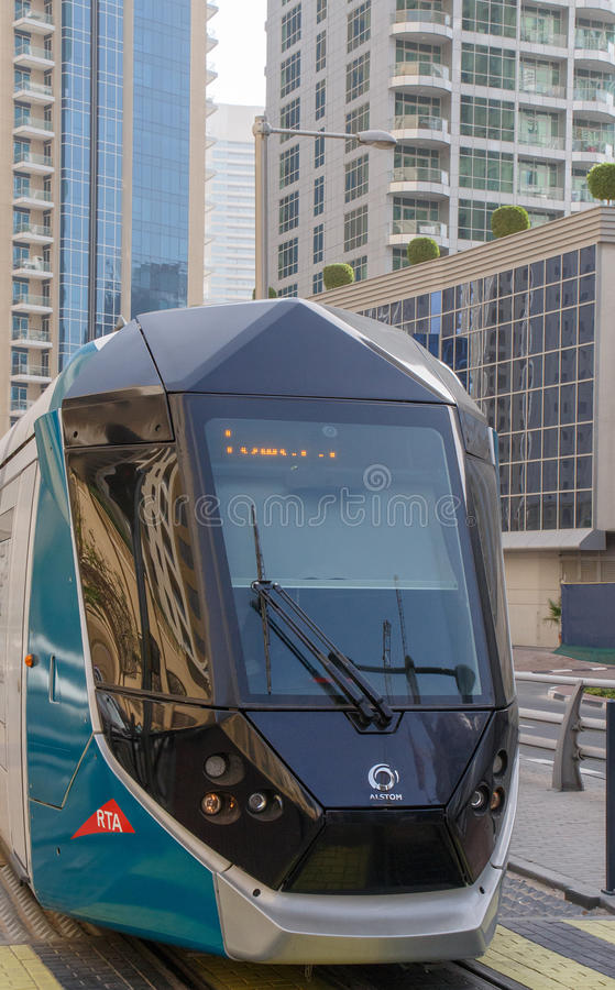 ДУБАЙ, ОАЭ - 11-ОЕ МАЯ 2016: трамвай стоковые фото