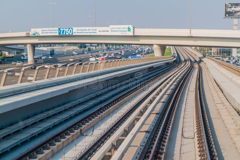 ДУБАЙ, ОАЭ - 21-ОЕ ОКТЯБРЯ 2016: Следы повышенного простирания метро Дубай, объединенного араба Emirat стоковая фотография
