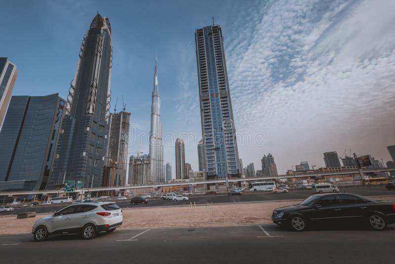 ДУБАЙ, ОАЭ - 19-ОЕ ЯНВАРЯ 2017: Горизонт Дубай с Burj Khaleefa стоковая фотография
