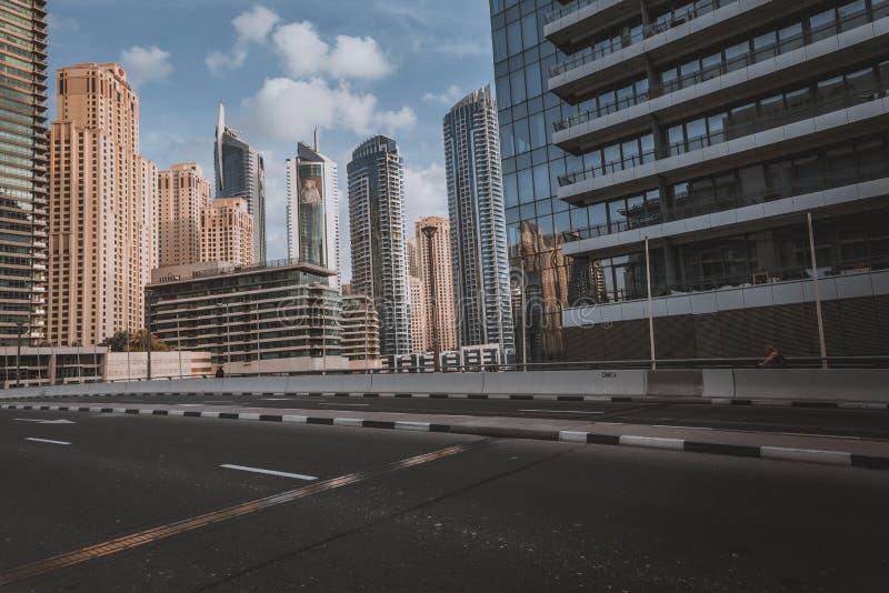ДУБАЙ, ОАЭ - 18-ОЕ ЯНВАРЯ 2017: Дубай городской в вечере, l стоковое фото