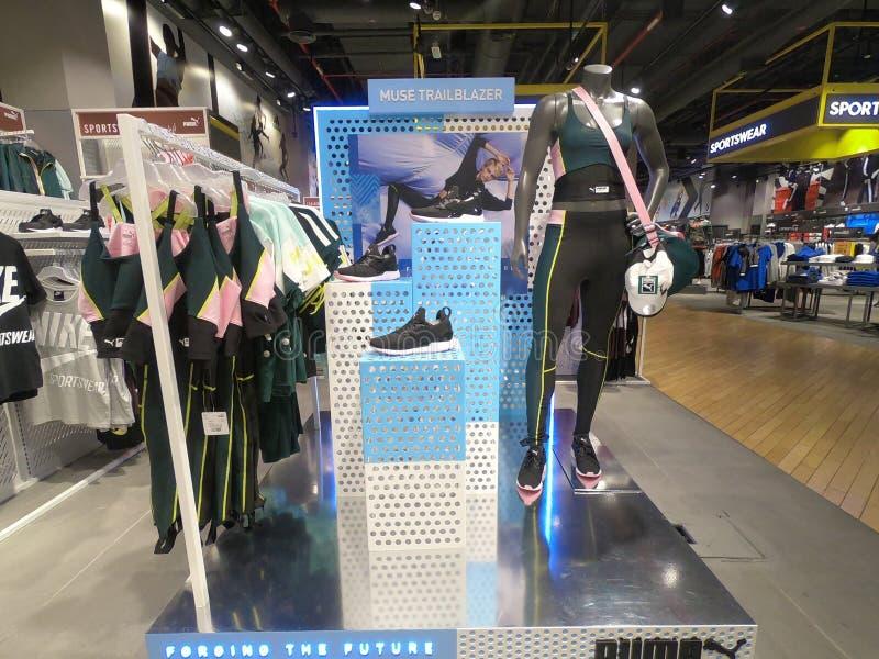 Дубай, ОАЭ - товар пумы марта 2019 показал для продажи на манекене Спорт пумы носят, ботинки, верхние части танка и сумка для про стоковые фото