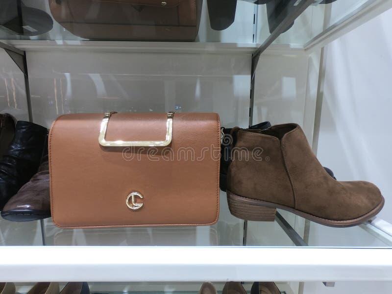 Дубай ОАЭ - февраль 2019 - портмоне, ботинок и поясы показал для продажи в магазине стоковое фото rf