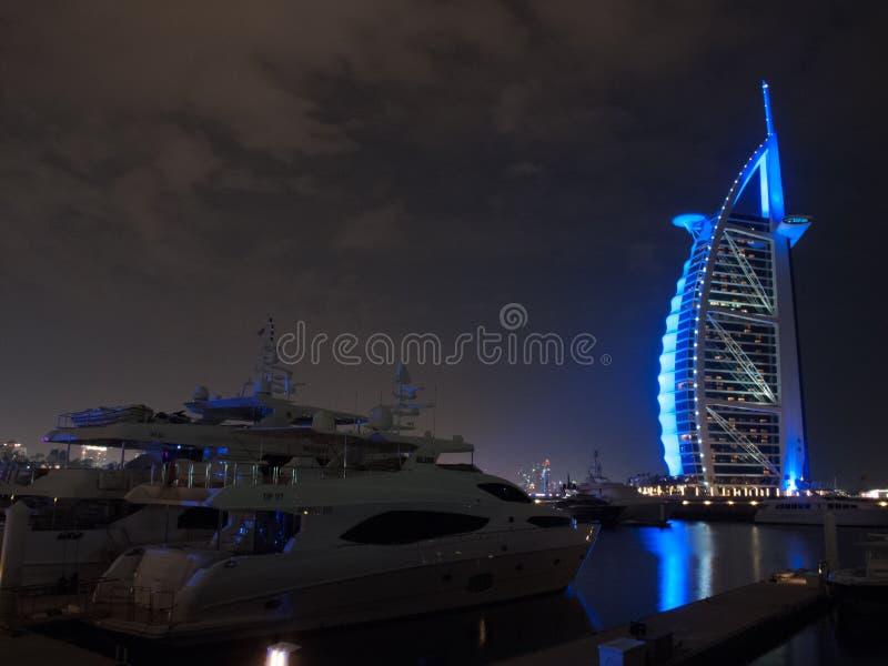 Дубай, ОАЭ - 3-ье марта 2017: Взгляд роскошного араба Al Burj, большинств первоклассной гостиницы мира, с 7 звездами вечером стоковая фотография