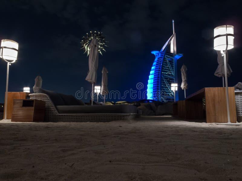 Дубай, ОАЭ - 3-ье марта 2017: Взгляд роскошного араба Al Burj, большинств первоклассной гостиницы мира, с 7 звездами вечером стоковая фотография rf