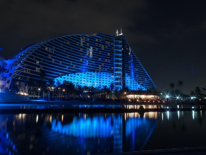 Дубай, ОАЭ - 3-ье марта 2017: Взгляд роскошной гостиницы пляжа Jumeirah первоклассная гостиница вечером стоковые изображения rf
