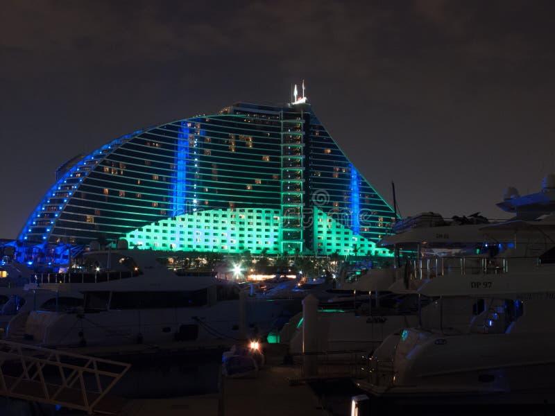 Дубай, ОАЭ - 3-ье марта 2017: Взгляд роскошной гостиницы пляжа Jumeirah первоклассная гостиница вечером стоковые фотографии rf