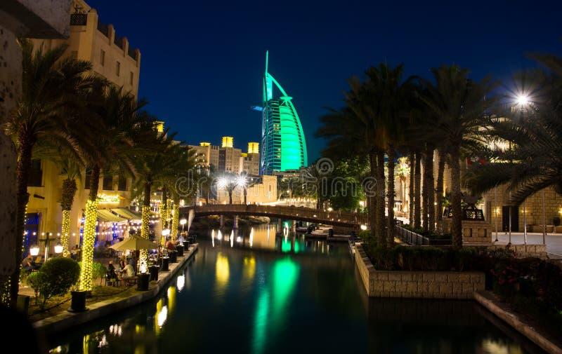 Дубай, Объединенные эмираты - 20-ое апреля 2018: Взгляд роскошной гостиницы Al Burj арабский от курорта Madinat Jumeirah роскошно стоковое фото rf